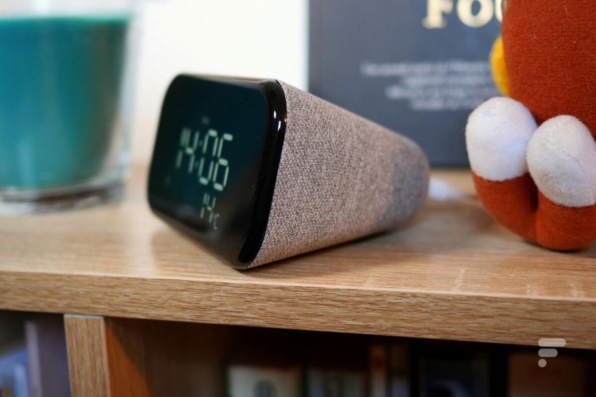 Lenovo Smart Clock Essential de profil
