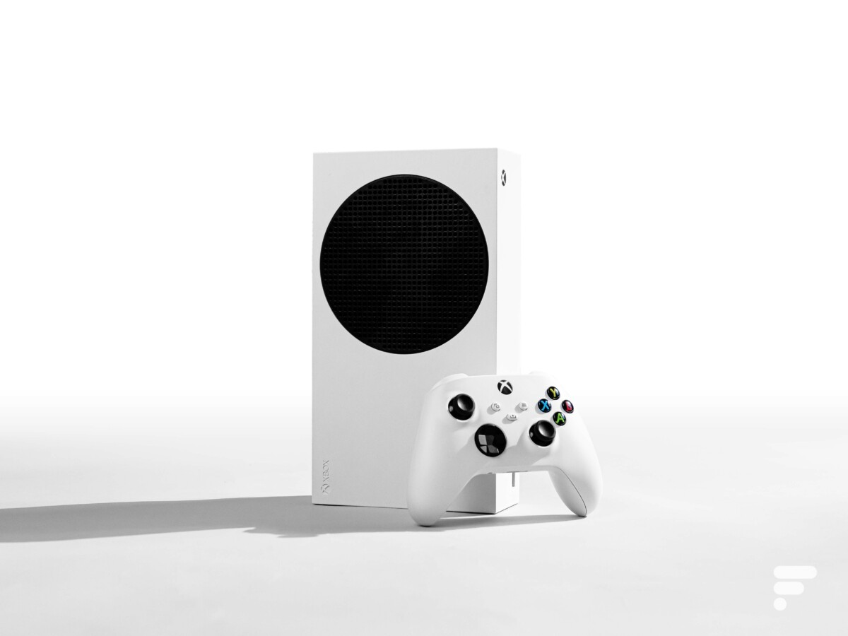 Xbox Series S and its joystick