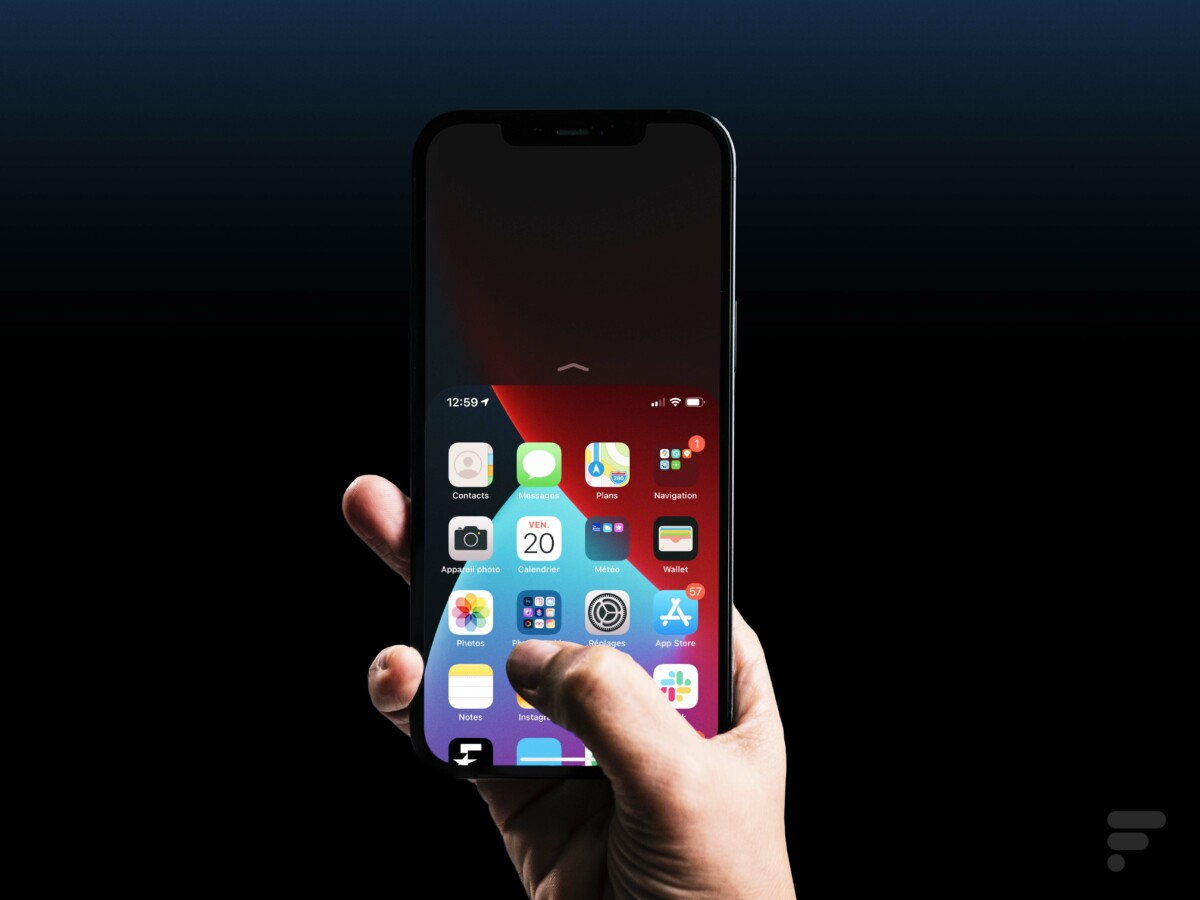 L'iPhone 12 Pro Max est grand, mais profite de la fonction d'accès plus simple au haut de l'interface