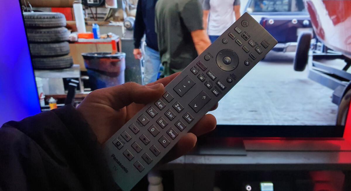 La télécommande est partiellement rétroéclairée