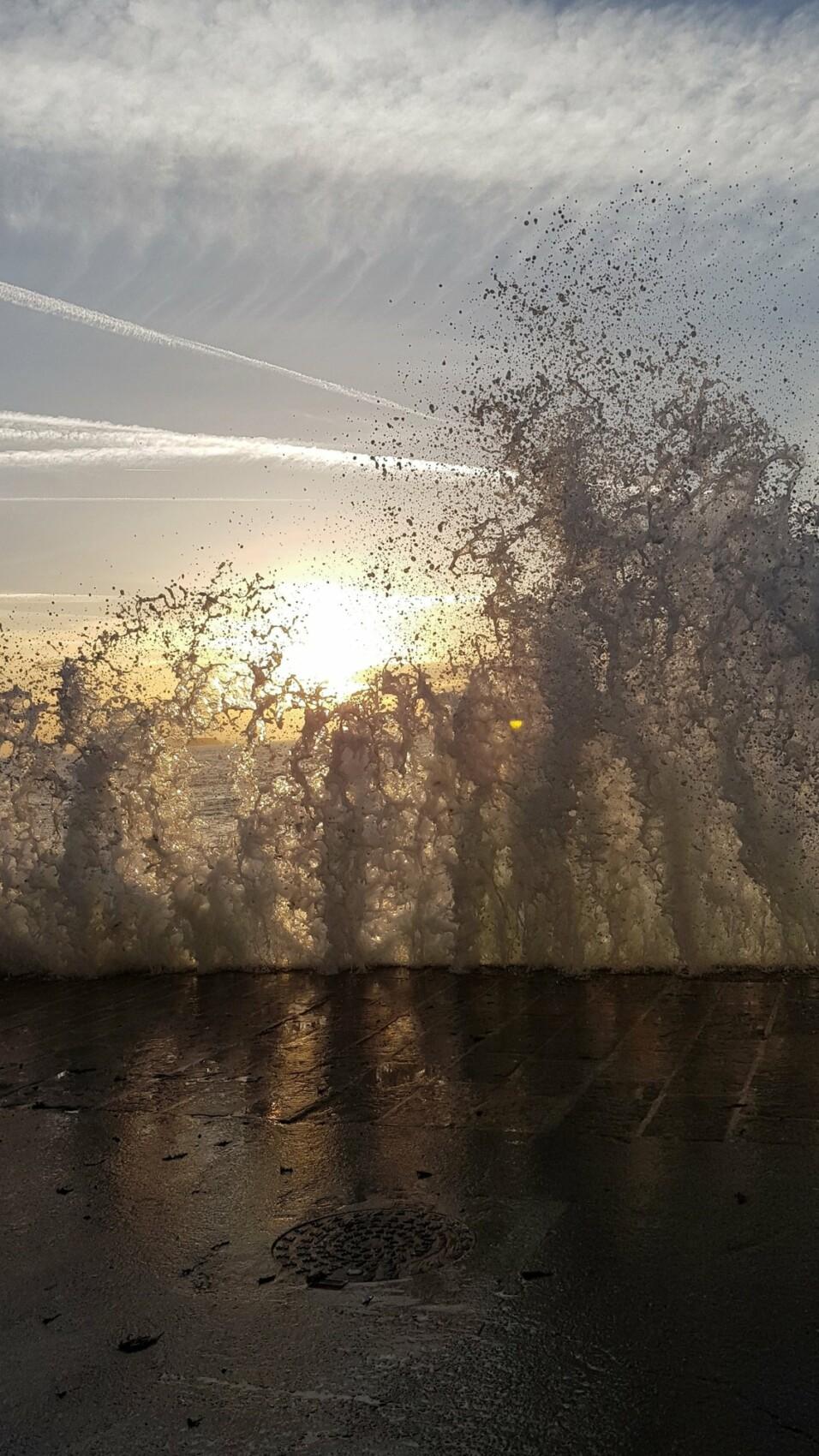 Pour que les gouttes de cette vague soient comme suspendues dans l'air, il a fallu que la vitesse d'obturation soit à 1/3000s. La vitesse est la clé de réussite pour ses photos en mouvement! Photo réalisée avec le GalaxyS10