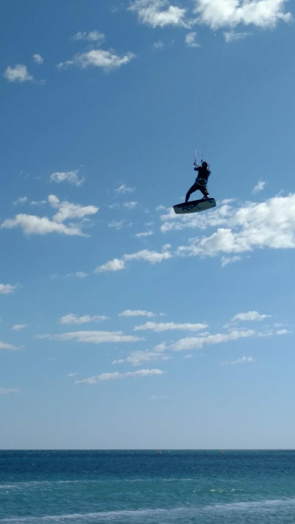 Avec une composition simple, le sujet est mis en valeur. Ici, en isolant le kitesurfer, on accentue le sentiment de liberté. Photo réalisée avec le GalaxyS10