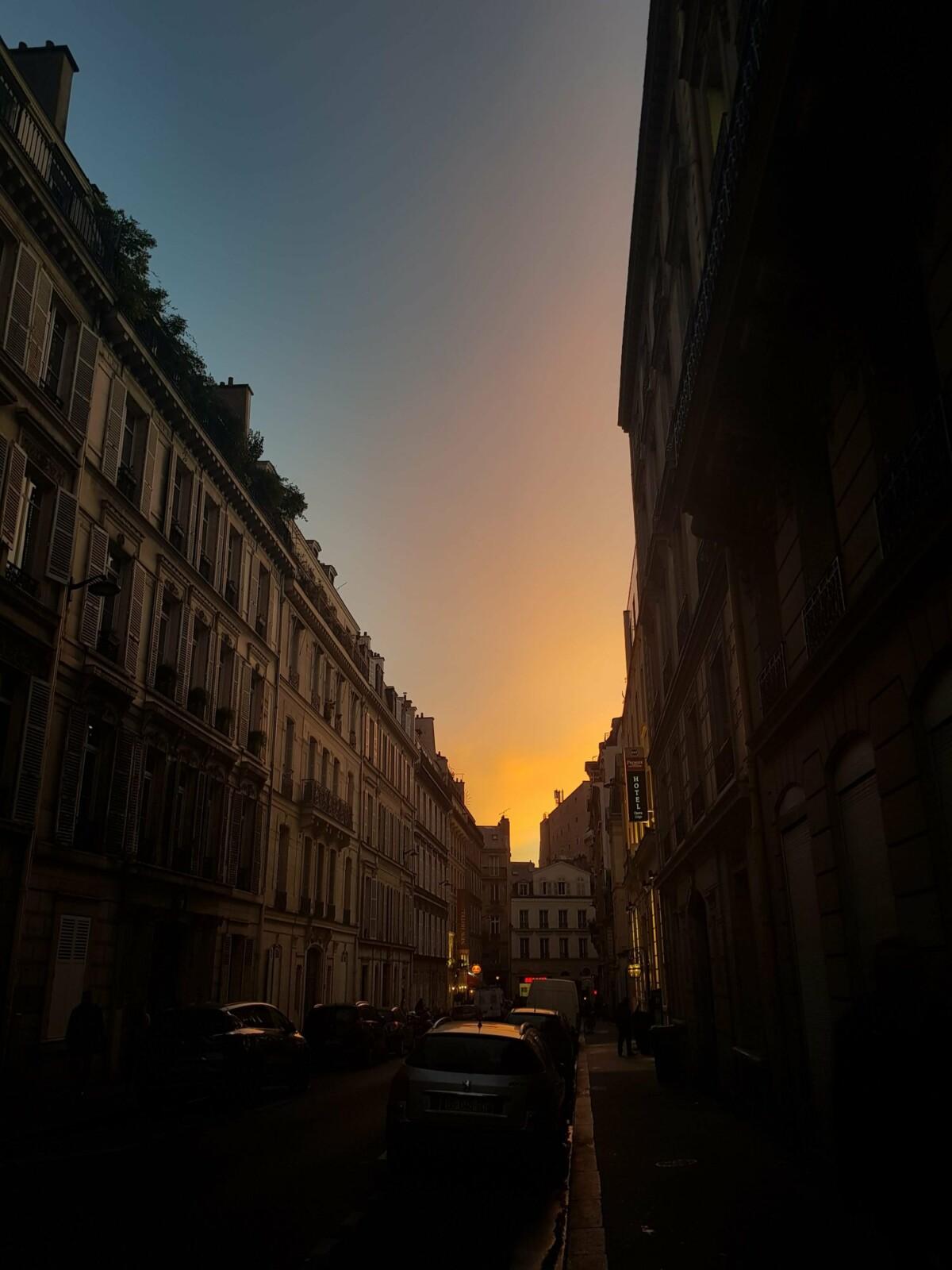 Se lever tôt offre parfois de beaux spectacles à Paris. Avec leur capteur grand-angle, les nouveaux smartphones de Samsung vous permettent de jouer sur les perspectives et d'accentuer l'horizon. Ce lever du jour a été réalisé avec le GalaxyS10