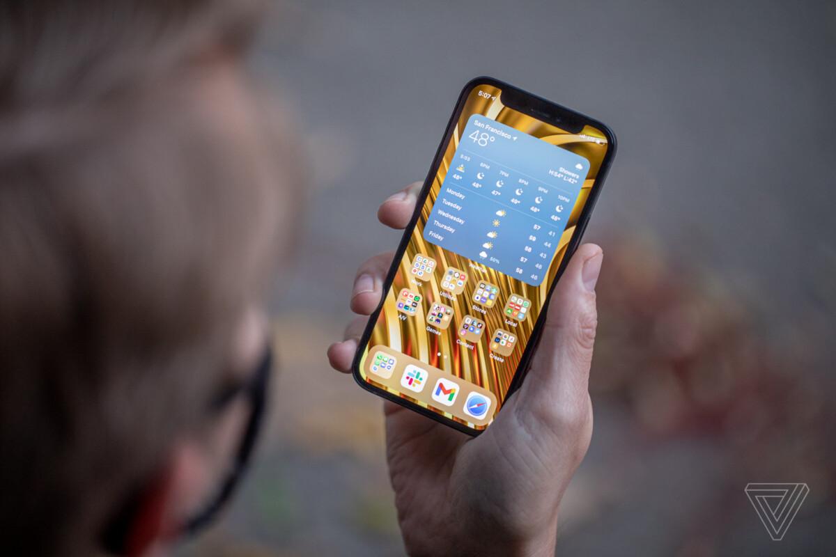 L'iPhone12 mini en main