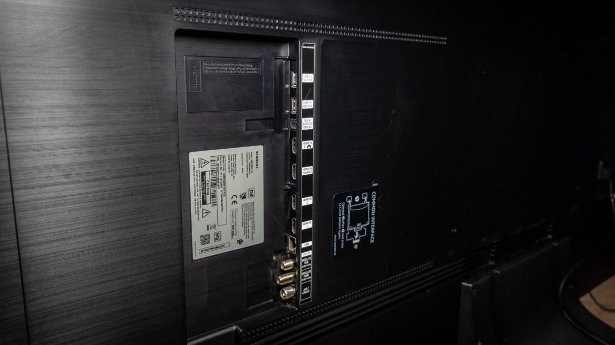 La connectique est intégrée à l'arrière du téléviseur, avec un chemin de guidage pour les câbles jusqu'au pied central