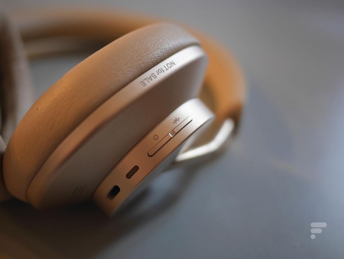 Les touches d'appairage et de mise en veille du Huawei FreeBuds Studio