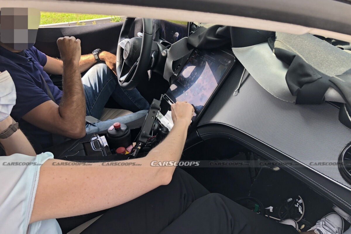 Here, the standard screen placed between the driver and the front passenger.  The rest of the dashboard could accommodate the optional Hyperscreen