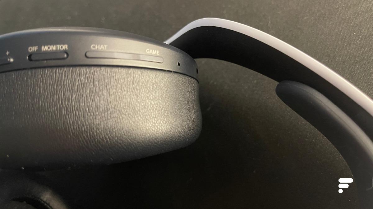 Les deux micros sont positionnés sur l'écouteur gauche au sommet pour se faire discrets