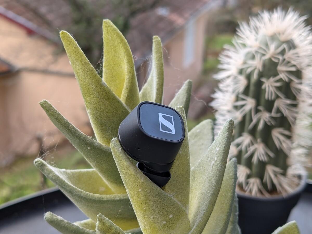 La surface externe des écouteurs joue le rôle de panneau tactile