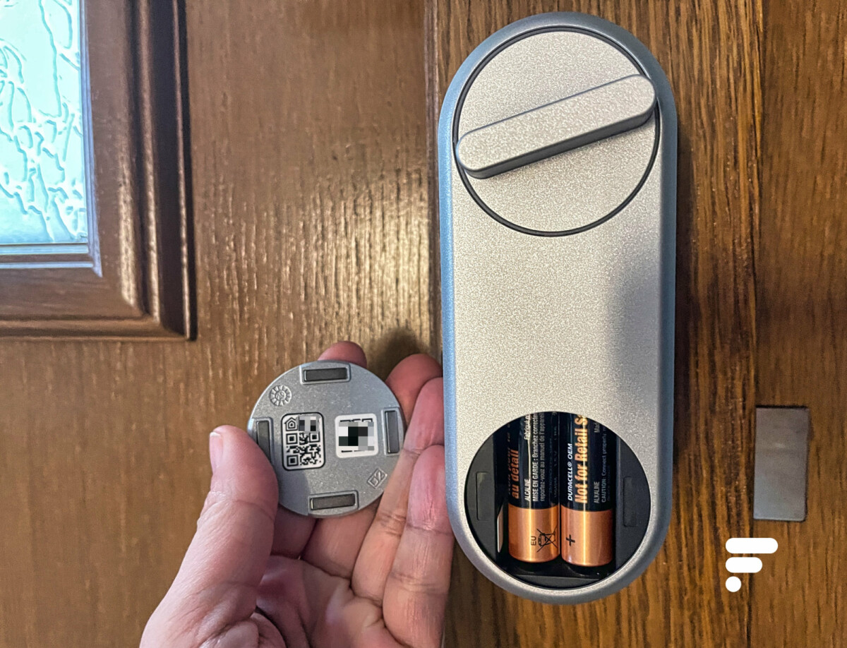 Le QR Code pour configurer la serrure est caché dans la trappe à piles