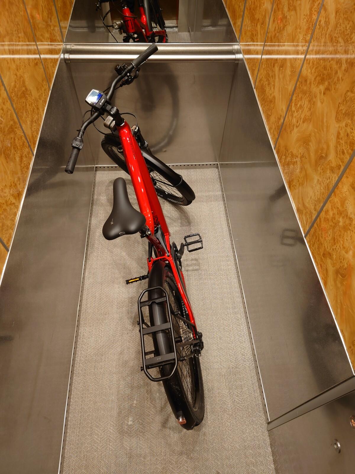 Il faudra un grand ascenseur pour faire rentrer le FS5 et ses roues de 27,5 pouces ! Sinon, ce seront presque 30 kg bien encombrants à porter.