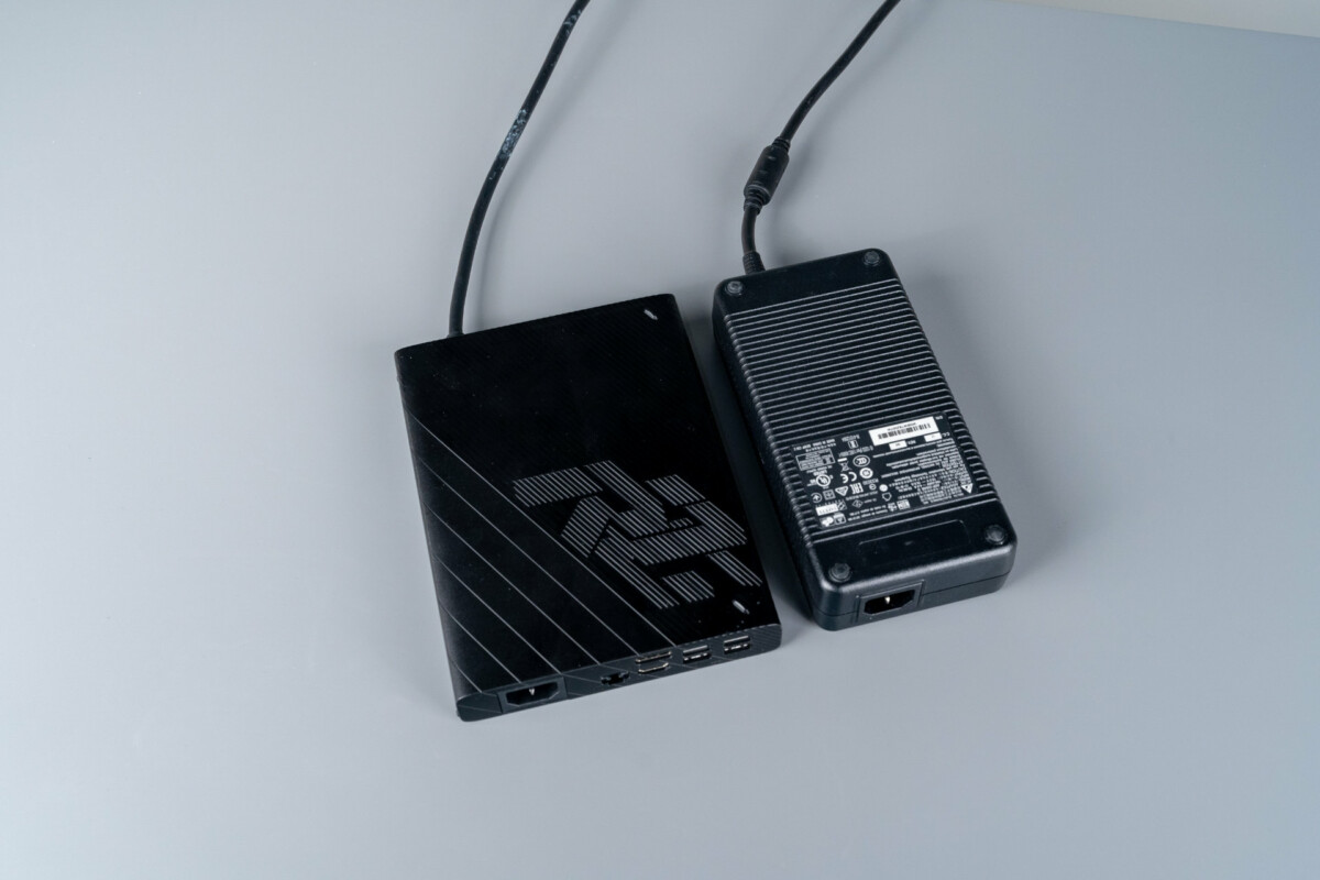 La XG Mobile comparée à un simple bloc d'alimentation