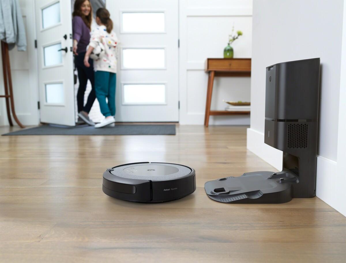 L'aspirateur robot Roombai3+ avec sa base d'autovidage