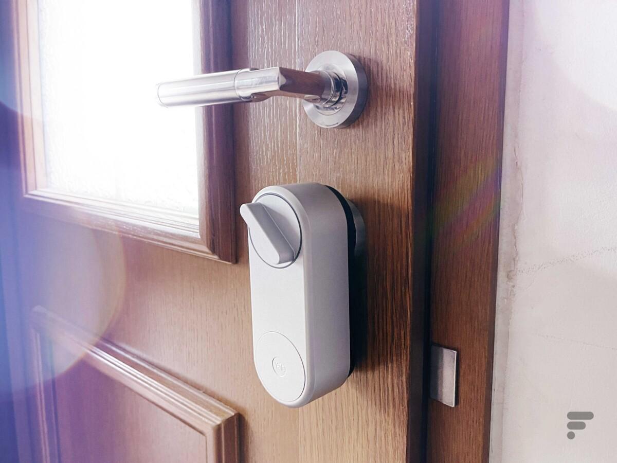 La serrure Linus Smart Lock se pose sur votre serrure habituelle