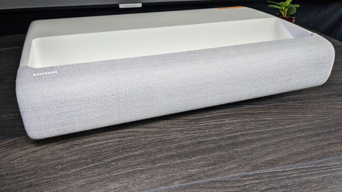 La barre de son est dissimulée derrière ce tissu Kvadrat