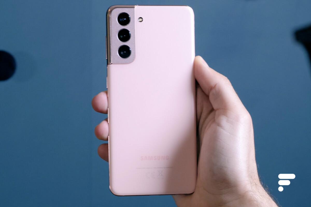 Samsung Galaxy S21 en main et vu de dos