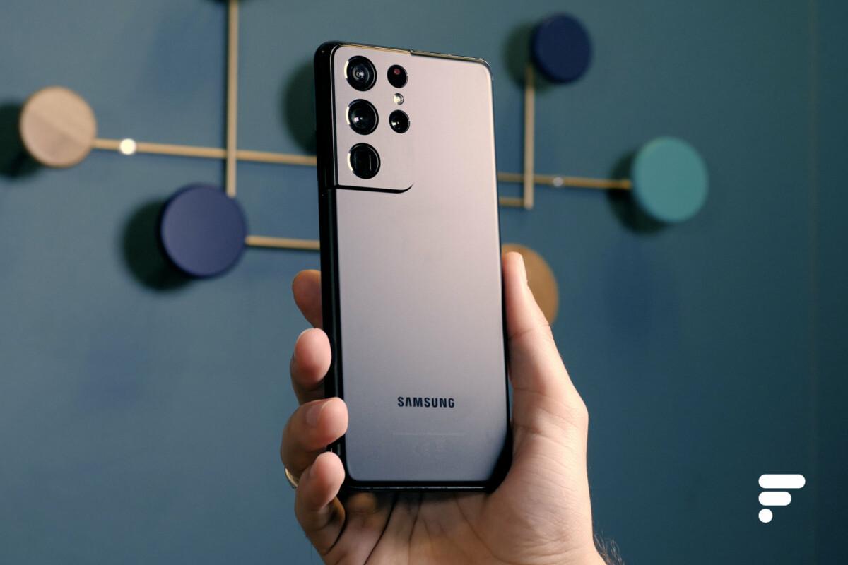 Samsung Galaxy S21 Ultra en main et vu de dos