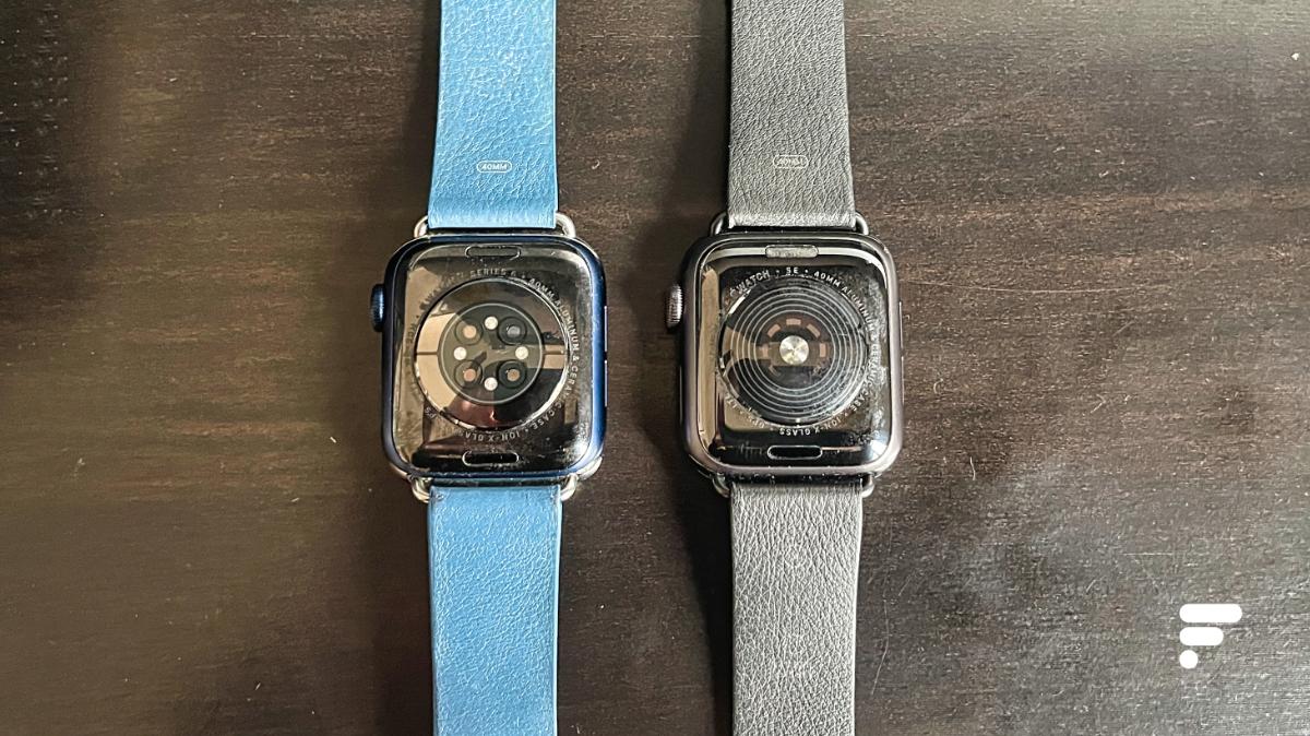 De gauche à droite: le dos de l'Apple Watch Series6 et celui de l'Apple Watch SE