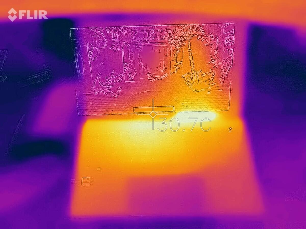 Cela peut sembler chaud à première vue, le point le plus chaud étant à 41 degrés, mais c'est tout à fait correct dans les conditions du test (stress test graphique)
