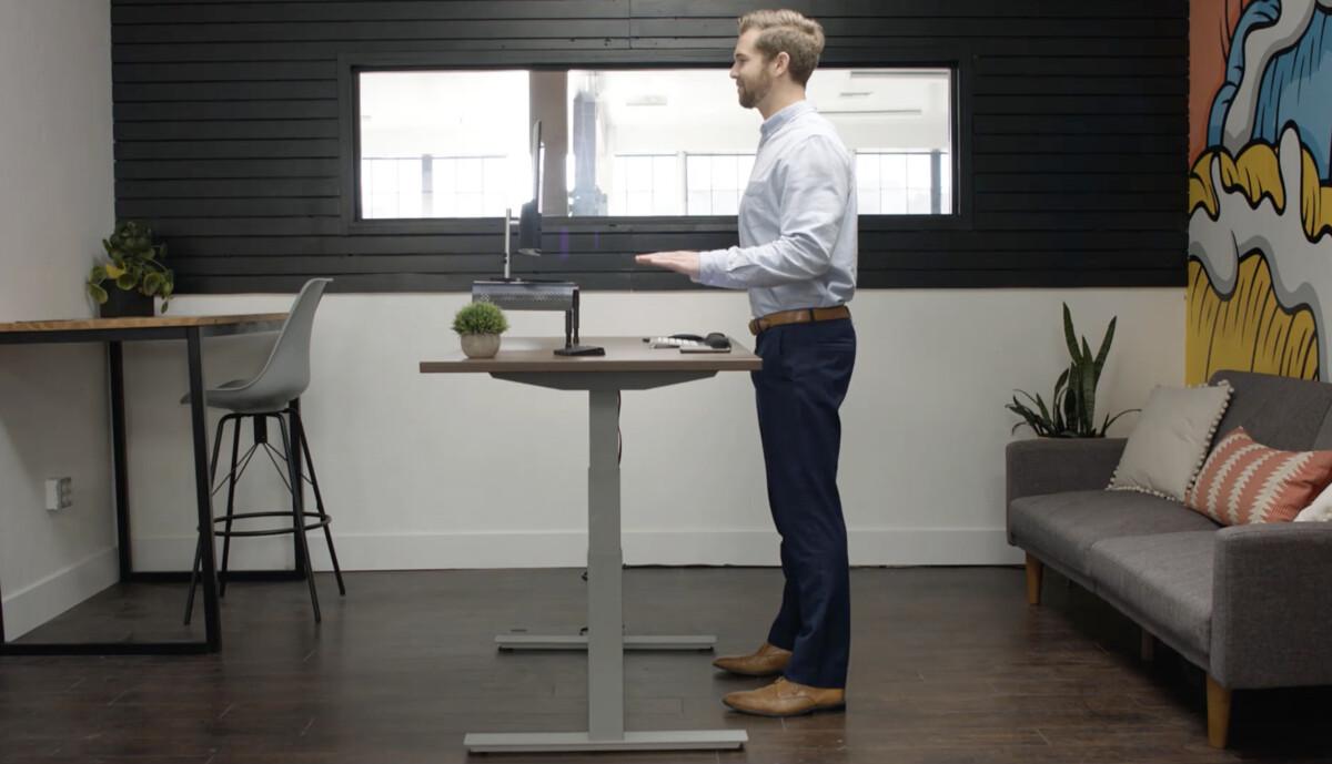 Un bureau debout qui s'ajuste automatiquement à votre posture et la corrige