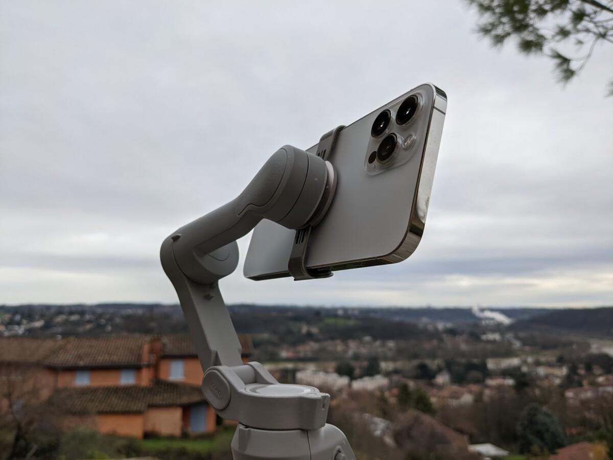 Le lourd iPhone12Pro Max ne pose pas de problèmes à l'OM4//Source: Maxime Grosjean pour Frandroid