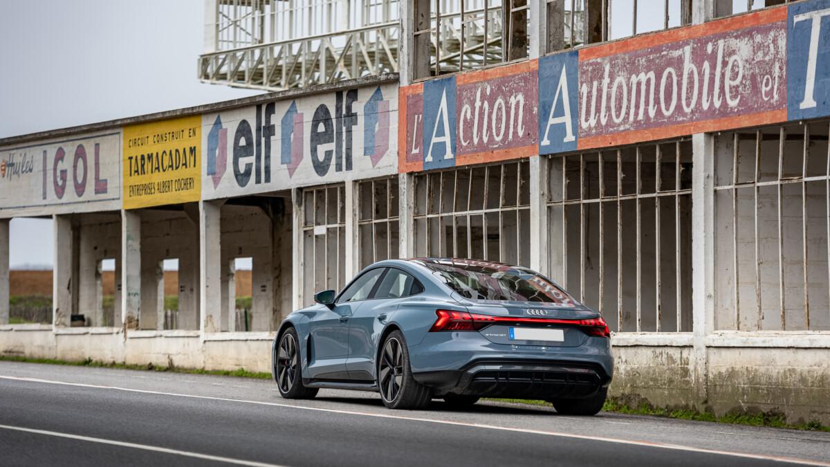 L'Audi e-tron GT quattro immortalisée devant les stands de l'ancien circuit de Reims-Gueux