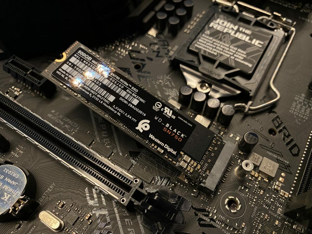 Un SSD M.2 NVMe en cours d'installation sur une carte mère