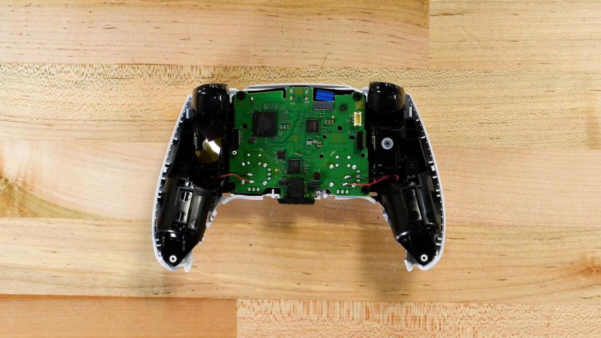 La manette DualSense de la PS5 ouverte