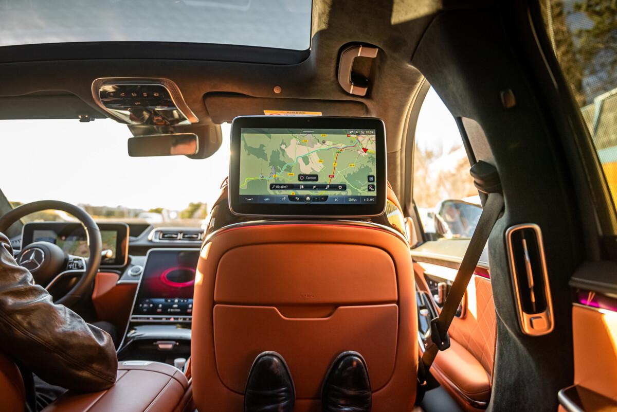 À l'intérieur de la Mercedes Classe S, à la place du Président