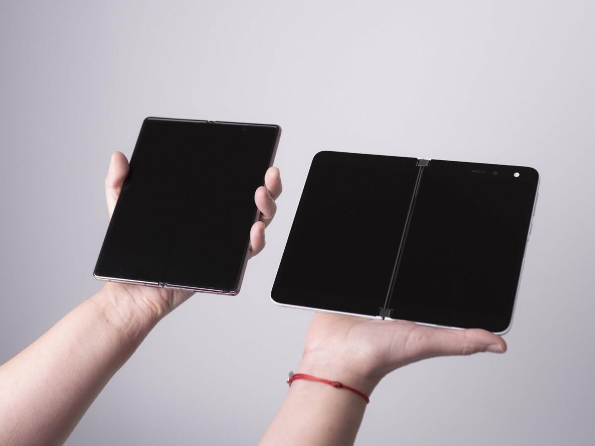 De gauche à droite : le Samsung Galaxy Z Fold 2 et Microsoft Surface Duo et le