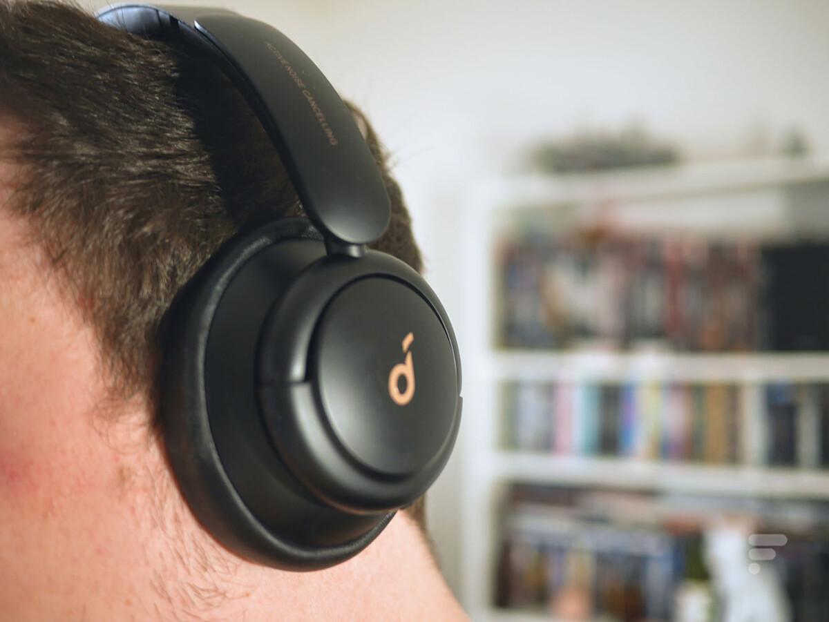 Le casque Soundcore Life Q30 englobe l'oreille