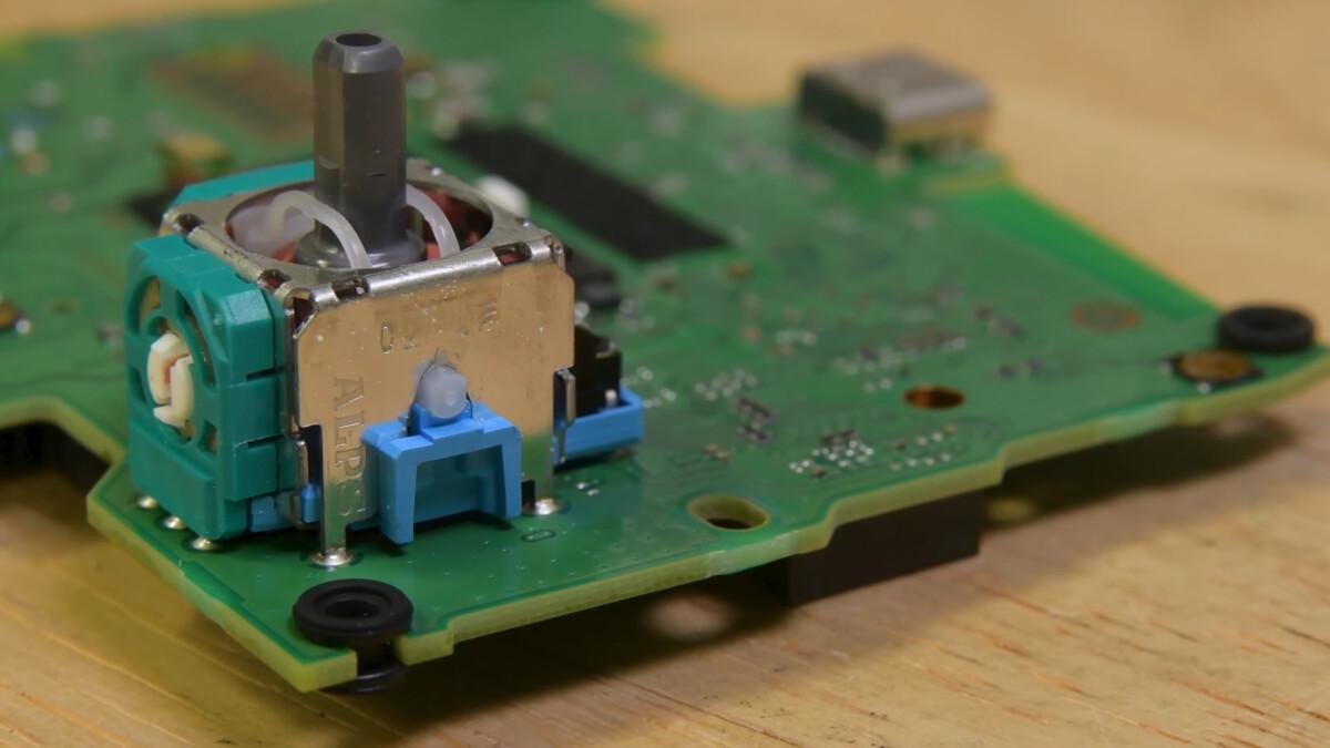 Le potentiomètre des joysticks de la DualSense est fixé sur la carte contrôleur