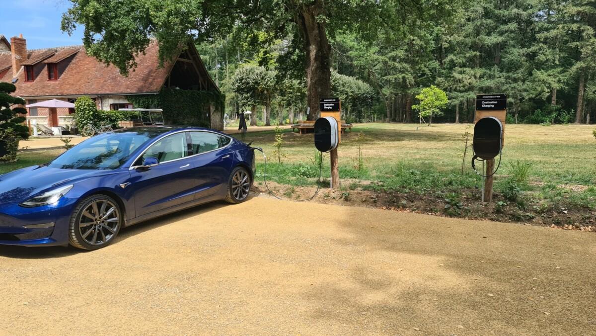 Tesla Model 3 en charge grâce au réseau Porsche Destination Charging