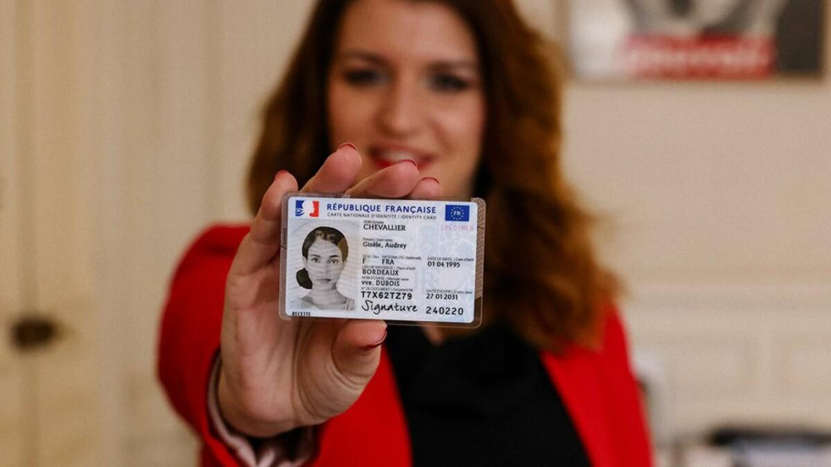 Paris, France, le 14mars 2021. Marlène Schiappa, ministre déléguée auprès du ministre de l'intérieur chargée de la citoyenneté, présente la nouvelle carte nationale d'identité française, CNI, au format d'une carte de crédit et biométrique.