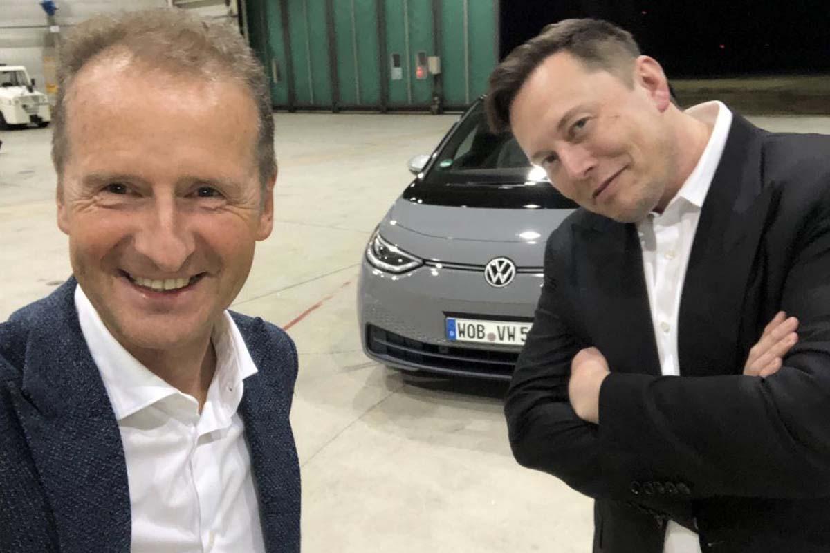 Elon Musk et Herbert Diess devant la Volkswagen ID.3