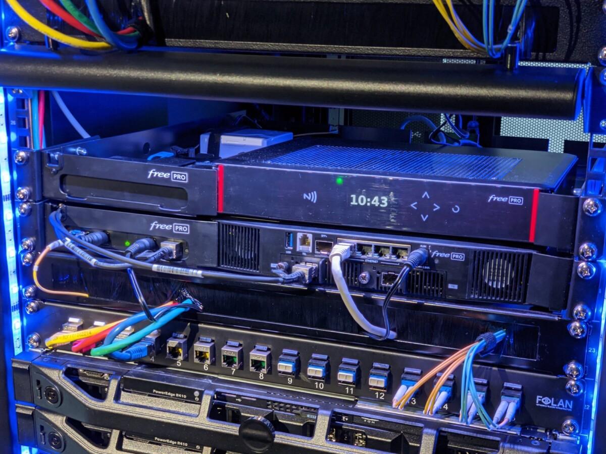 Les deux Freebox Pro dans la baie avec leur module optique