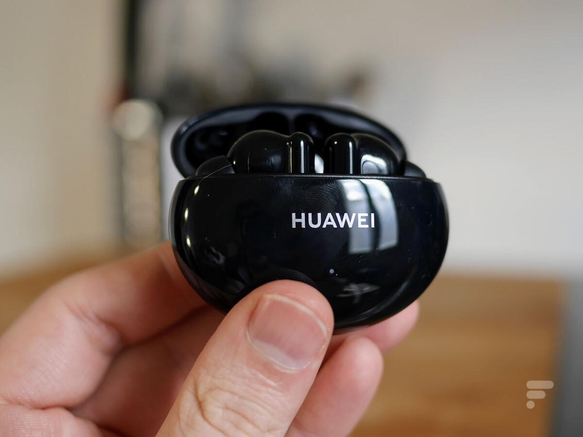 Les Huawei FreeBuds 4i dans leur boîtier