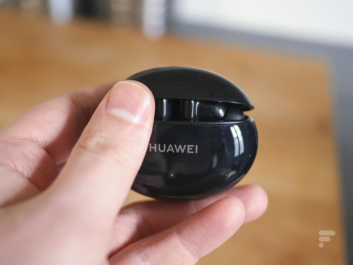Le boîtier des Huawei FreeBuds 4i s'ouvre facilement à une main