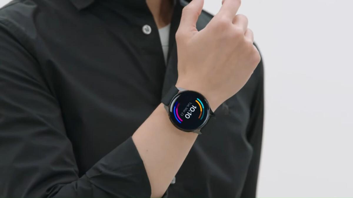 La OnePlus Watch autour du poignet