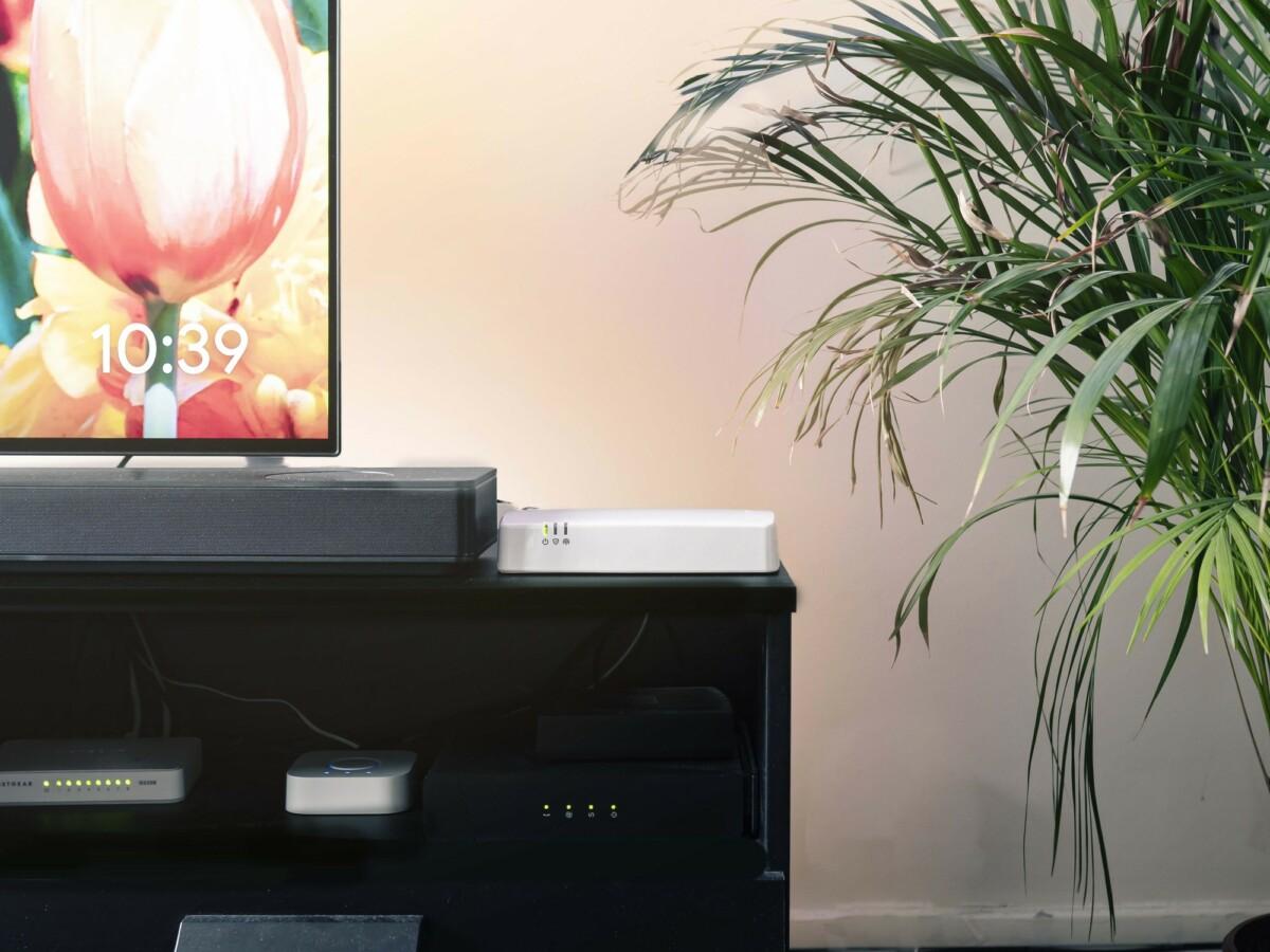 Avec la Maison Protégée d'Orange, une console (ici juste à côté du téléviseur) centralise les données envoyées par les différents capteurs.