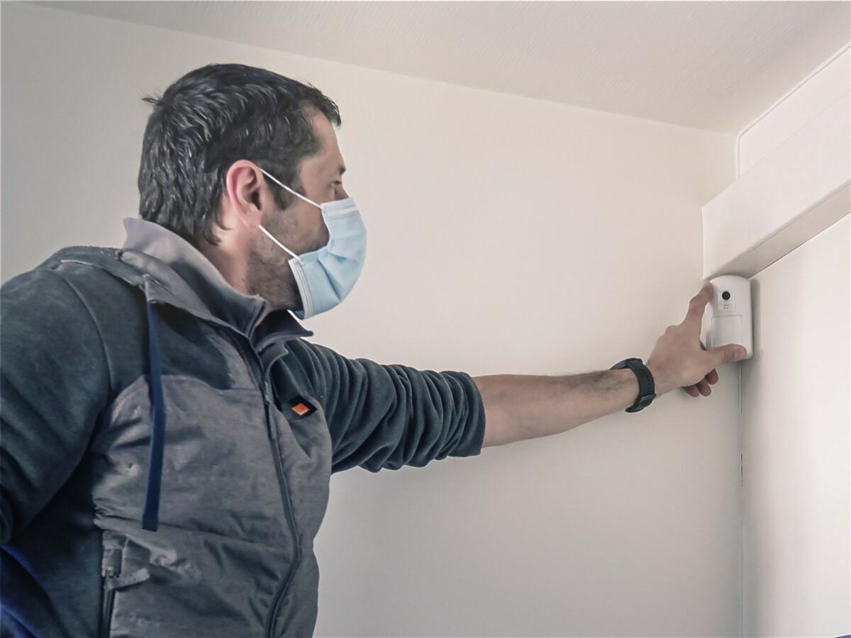 Un technicien Orange se déplace pour venir installer le matériel et vérifier qu'il fonctionne parfaitement avant de partir.