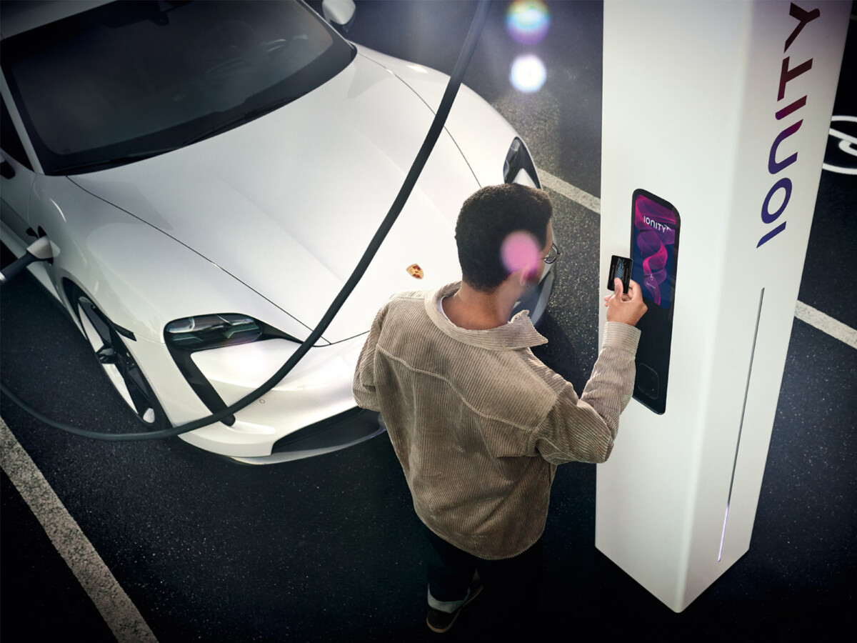 Porsche Taycan chargeant sur le réseau IONITY