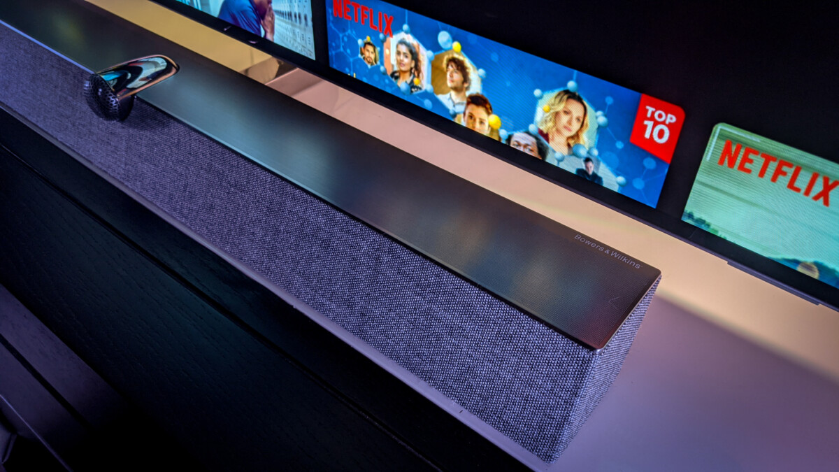 La barre de son B&W est habillée d'un tissu Kvadrat et même s'ils ne sont pas visibles ici, on trouve des HP intégrés en partie haute à chaque extrémité de la barre.