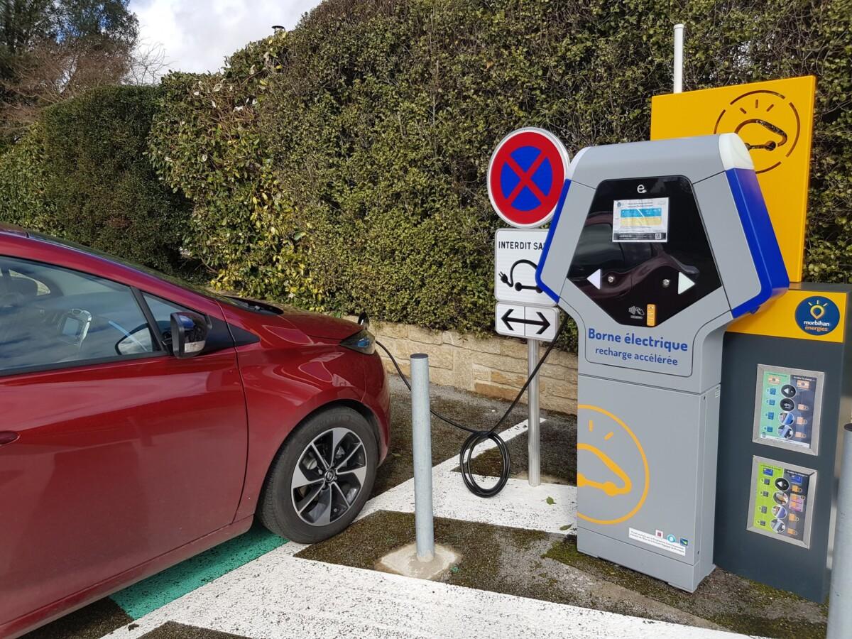Dans un petit village de Bretagne, Renault Zoé en charge
