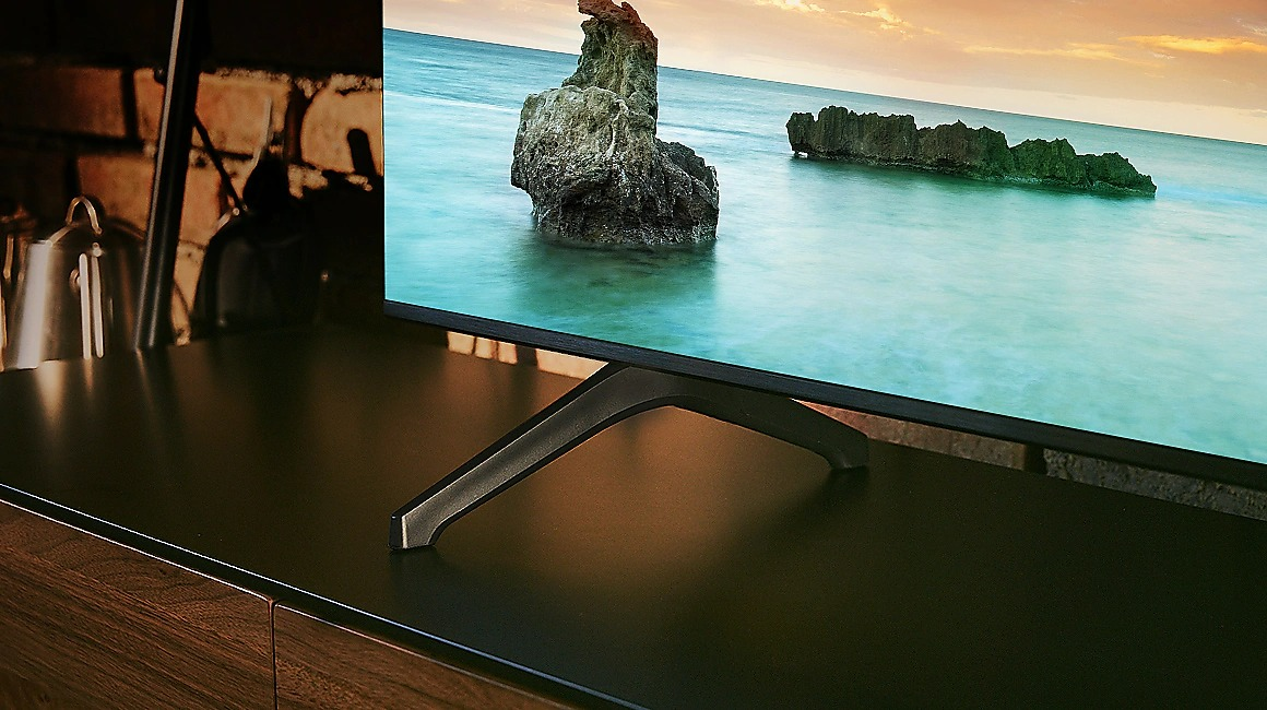 Le téléviseur Samsung UE50TU7125 profite d'un design réussi, avec des bordures et des pieds très fins.