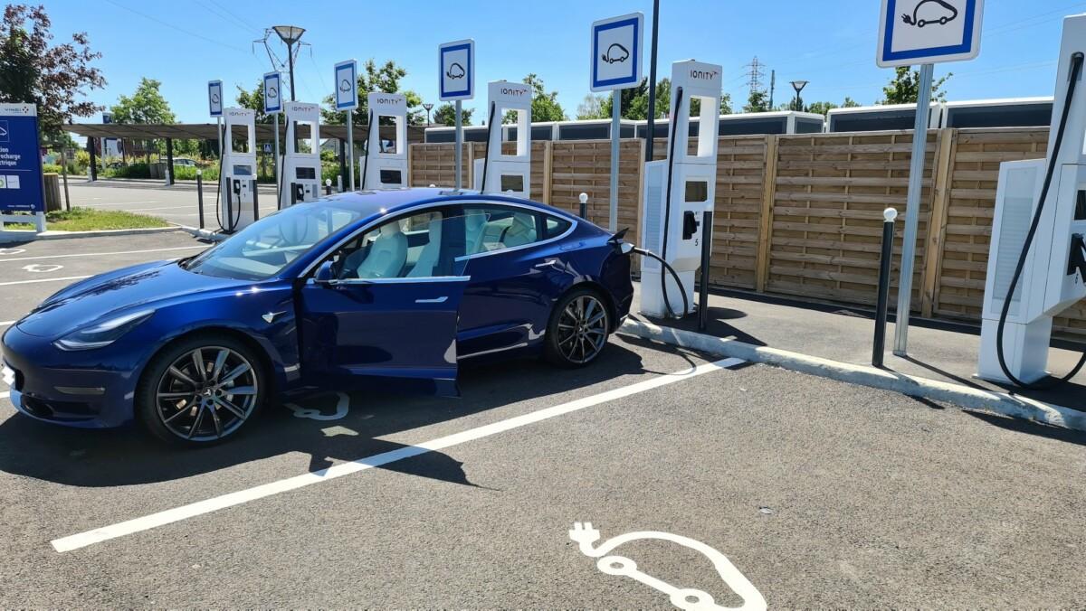 Tesla Model 3 se rechargeant sur une borne iONITY