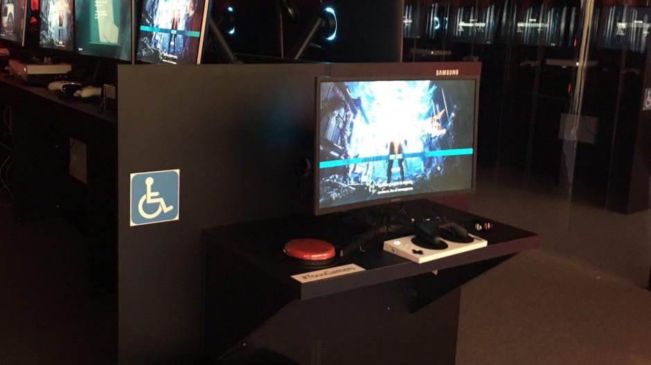 Le stand Xbox avec une manette adaptative pour jouer lors de la Paris Games Week 2019
