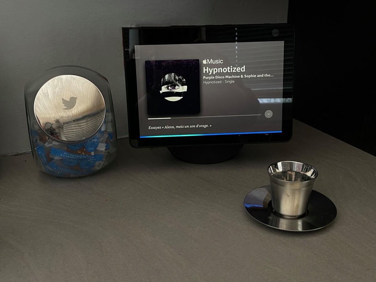 Lorsque l'on interpelle Alexa, un bandeau bleu apparaît sur l'écran de l'Echo Show 10