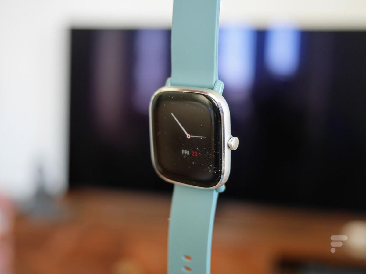 La montre Amazfit GTS 2 Mini profite d'un bouton sur le côté droit