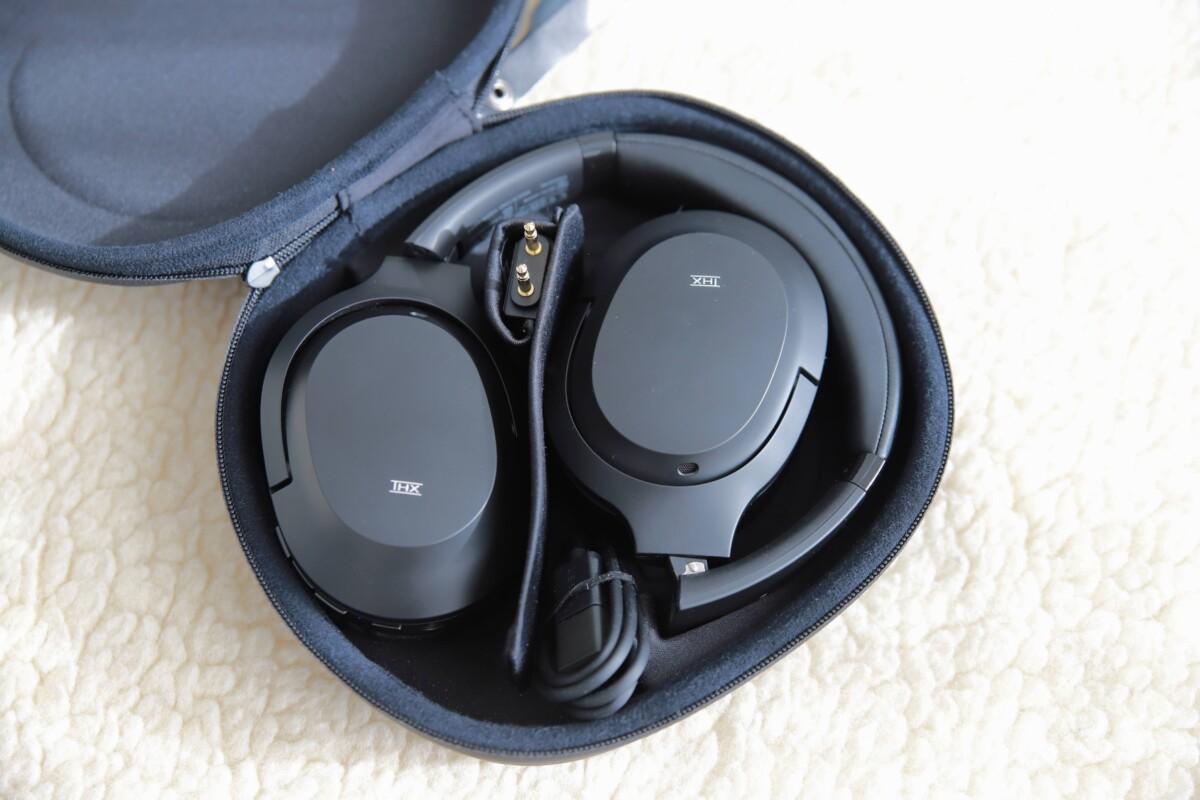 Il est facile de ranger le casque Razer Opus, grâce à un schéma au fond de son étui.